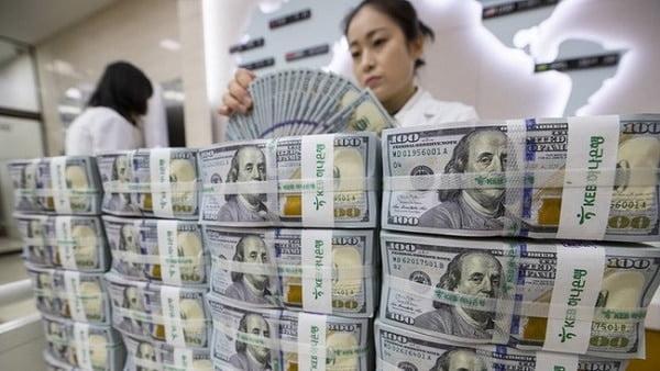 Thế giới bị mắc kẹt với dự trữ ngoại hối bằng USD