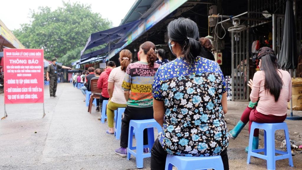 Các tiểu thương ở chợ Long Biên chờ xét nghiệm Covid-19.
