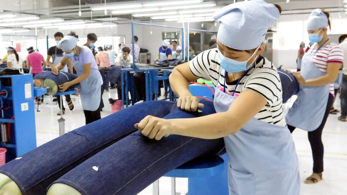 Covid-19 tiếp tục giáng đòn lên ngành sản xuất của Việt Nam