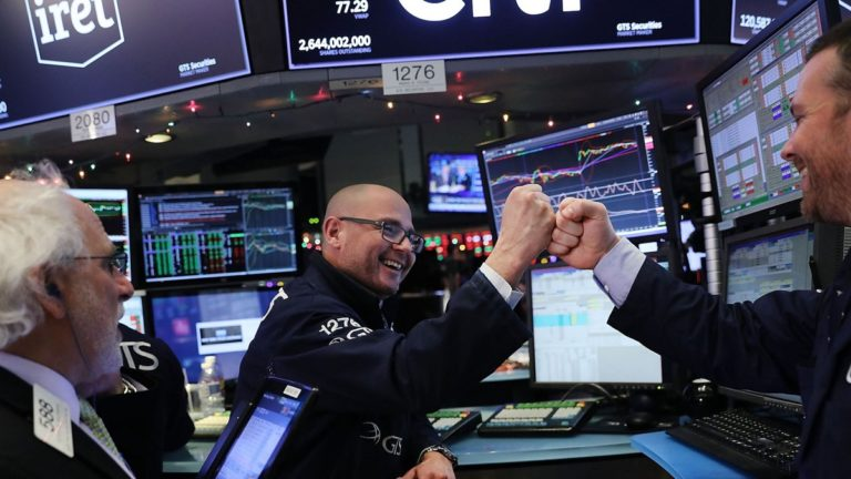 Vòng xoay mới của dòng tiền trên thị trường chứng khoán