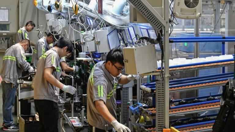 Sóng Covid-19 lần hai xói mòn niềm tin về triển vọng ngành sản xuất