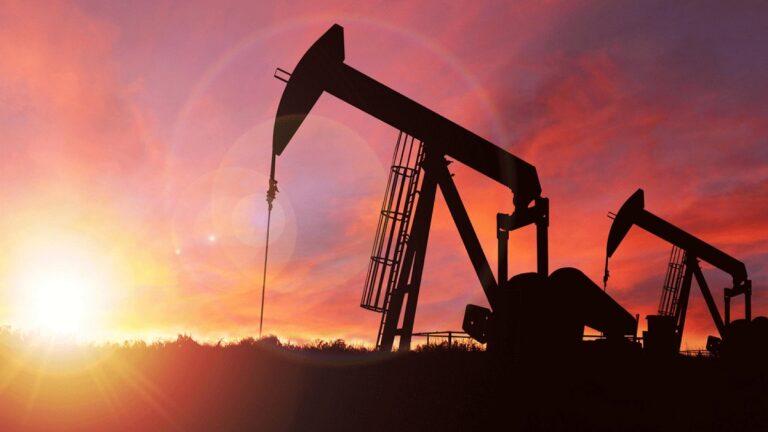Giá dầu kẹt trong mức thấp nhất hai tháng do nhu cầu ngắn hạn ảm đạm